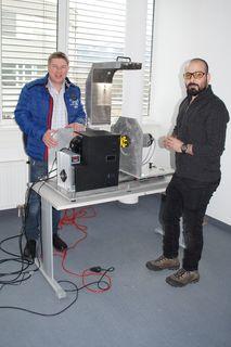Bluewower-Team: Geschäftsführer Herbert Gösweiner (li.) und Mitarbeiter Mohammad Alnajjar mit der selbst konstruierten Testanlage