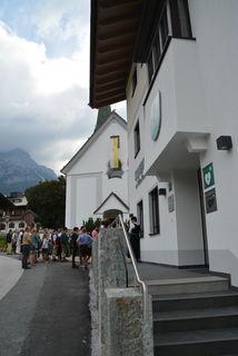 Das grüne Schild mit dem Herz weist nicht nur am Gemeindeamt in Scheffau auf einen öffentlichen Defibrillator hin.
