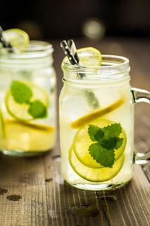Sommerlimonade mit Zitronenscheiben und Melissenblättern