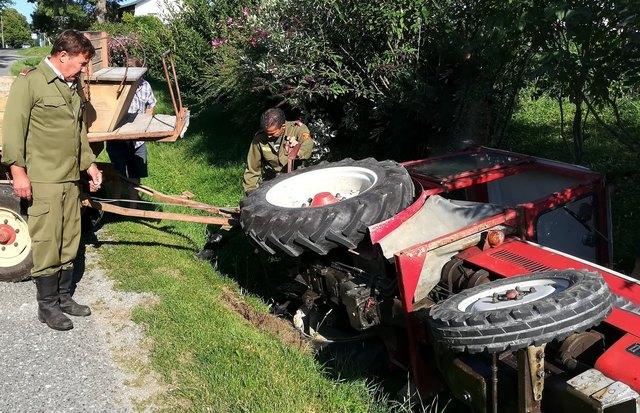 Die Feuerwehr Deutsch Schützen barg einen Traktor aus dem Graben.