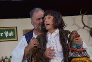 Den eifersüchtigen Ehemann spielt Arno Schützenhofer (rechts).