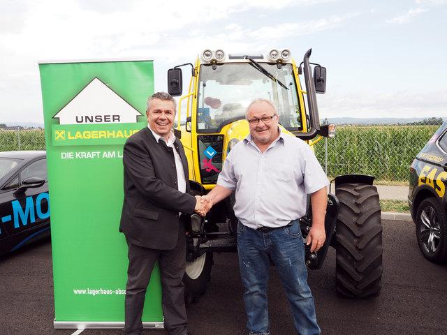 Lagerhaus-Geschäftsführer Günter Zaiser übergab Ende Juni einen neuen Traktor der Marke Lindner an den Chef der Fahrschule Easy Drivers Krems.