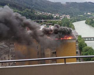 Dichte Rauchschwaden am Dach des Hochhauses am Innrain ließen das Schlimmste befürchten.