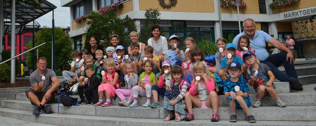 Bürgermeister Franz Kieslinger belohnte die Schwimmkurs-Kinder zum Abschluss mit einem Eis