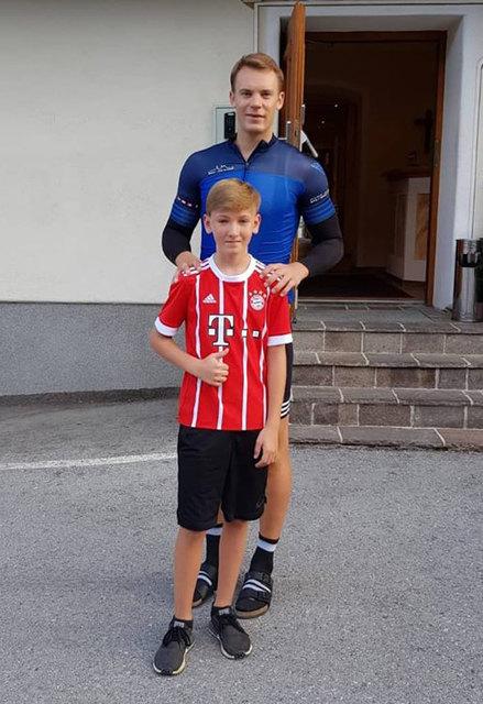 Luca Rieger posierte stolz mit Bayern-Torhüter Manuel Neuer.
