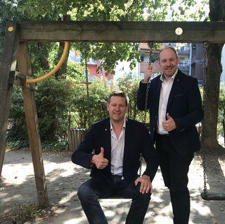 Daumen hoch für einen bedeutsamen Meilenstein in der Familienpolitik: Landesvorsitzender des Tiroler Familienbundes Roman Eberharter und Nationalrat Dominik Schrott (v.l.).