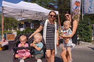 Kilian, Hannah und Lara sind mit ihren Mamas unterwegs. Das Eis begeistert schon mal.