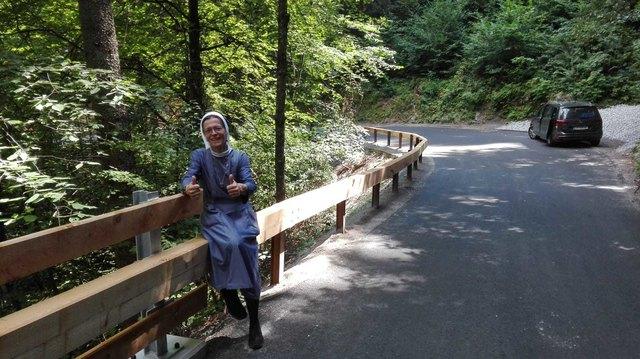 Sr.Barbara Weindl, Hausoberin von Kronburg ist sichtlich stolz auf das Resultat. Der Aufwand hat sich gelohnt. Die komplette Straße nach Kronburg wurde einer aufwendigen Sanierung unterzogen.