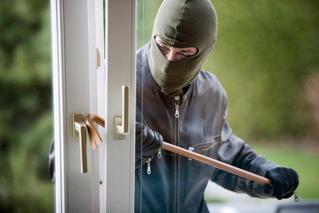Zwei unbekannte Männer, etwa 40-50 Jahre alt, brachen in das Haus ein und flüchteten in einem Pkw mit französischem Kennzeichen.