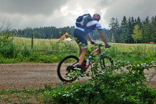 Der Mountenbiker kam vom Gipfel des Lichtenbergs, ein beliebtes Ziel für Radsportler und flitzte vorbei. Es sah zwar bedrohlich aus, doch die Wolken verzogen sich wieder