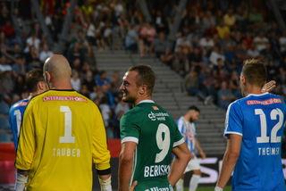 Rapids Veton Berisha beim Schwätzchen mit Kufstein-Goalie Lukas Tauber