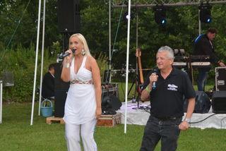 """Marlena Martinelli und Fanclub-Leiter Hubert Temel sangen """"Ti amo""""."""