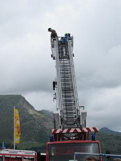 18 Meter mit der Feuerwehr-Drehleiter über dem See - beeindruckend für die Besucher.
