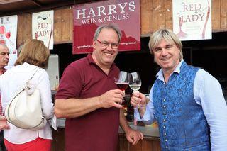 Auf den lauen Sommerabend stießen Weinexperte Harry Suppan und Marc Andrea in Gratkorn an.