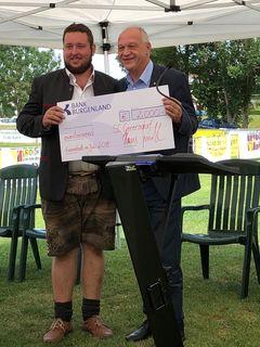 Obmann Daniel Csukovits erhielt die Förderung aus den Händen von LAbg. Wolfgang Sodl.