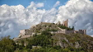 Fotocredits: Regina Courtier. Die Festung auf der Staatzer Klippe galt als uneinnehmbar. Den Schweden ist es im 30jährigen Krieg dennoch gelungen. Somit verfügt das Weinviertel über eine der imposantesten Burgruinen. Ein Aufstieg lohnt sich!