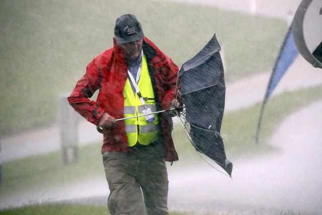 Das Foto des Tages aus Naas: Sämtliche Zuschauer und Streckenposten ergriffen die Flucht als das Gewitter und der Sturm losgingen - auch Hagel war dabei