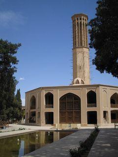Bādgir (persisch بادگير, 'Windfänger') ist als Windturm ein traditionelles persisches Architekturelement