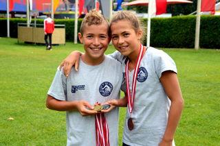 Lukas mit seiner Zwillingsschwester Lena und den verdienten Medaillen.