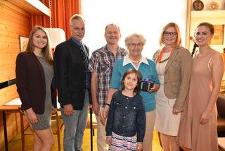Im Bild Sophia Wyatt, Stadtrat Rudolf Gehrer, Andreas Haiker, Emmy Haiker, Anna Haiker, Irene Wyatt-Haiker und Olivia Wyatt.