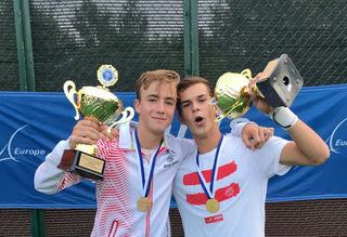 Lukas Neumayer jubelt über den U16-Europameistertitel im Tennis-Doppel.