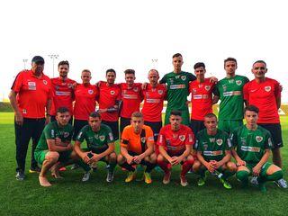Das neue Kernteam des FC Wels mit Trainer Bohensky, links, und Goran Kartalija, rechts