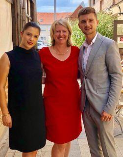 """Ein große Gratulantenschar - darunter Laura Fenz (links) und David Majcen (rechts) kamen zur Party am Samstag und konnten es nicht fassen, dass """"die"""" Karin jetzt auch schon 50 ist."""