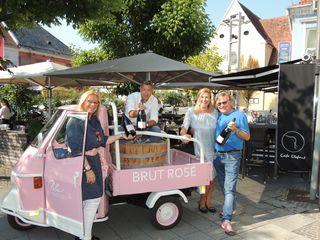 Beatrix Drennig, Peter Keller, Theresa Schöffel und Walter Polz freuen sich schon auf das Brut Rosé Fest am 3. August im Café Elefant.