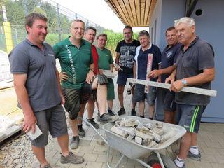 In vielen freiwilligen Arbeitsstunden erweiterte der ESV Wundschuh die WC-Anlage und pflasterte den Vorplatz.