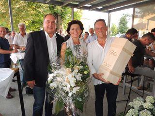 """Bgm. Hubert Isker gratuliert Heidemarie und Sepp Bischof zur gelungenen Umsetzung des """"Vivere im Parkcafé""""."""