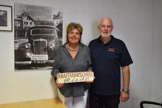 Erika und Gerhard Sommer mit einem Bild des ersten Fahrschulautos