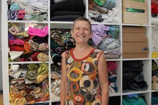 Upcycling-Workshops und offener Nähraum: Esther Weinberger zeigt, wie man aus alten Dingen Neues schafft.