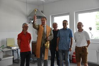 Pfarrer Stanislav Gajdos bei der Einweihung des neuen Musikheims der BMK Kirchbichl.