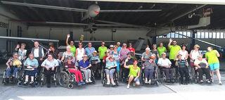 Die SeniorInnen mit HelferInnen am Flugplatz.