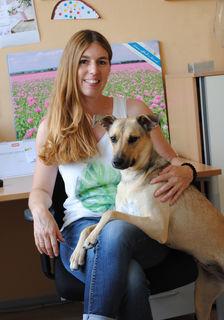 Mia, der Leader-Bürohund mit seiner Besitzerin Ulrike Kappacher.