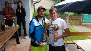 Turniersieger Markus Riegler aus Grimmenstein durfte den Wanderpokal von Obmann Martin Lampel in Empfang nehmen.