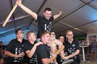 Die Landjugend Kalsdorf jubelt über den Sieg ihres Mitglieds Florian Zirngast in der Kategorie Drehpflug Standard.
