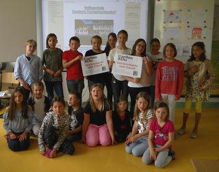 200 Euro zugunsten hilfsbedürftiger Kinder kamen durch den Verkauf selbstgeknüpfter Armbänder zusammen.