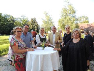 Monika und Alfred Studer (Bildmitte) mit Freunden und Clubschwestern von Soroptimist International.