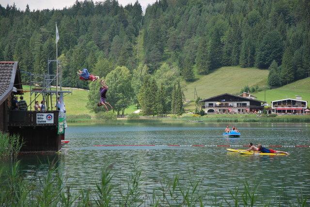 """Mit Rückwärtssalto in den """"schönsten See der Welt""""."""