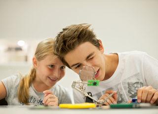 Abwechslung: Von Wissenschaft bis zum Kicken mit dem Wiener Sport-Club wird jungen Hernalsern einiges geboten.