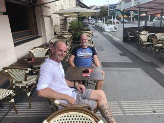 Die beiden Geschäftsführer des Café Savoy Eric Deschmann (l.) und Thomas Ehmer in ihrem Schanigarten auf der Linken Wienzeile.