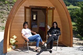 Alte und neue Besitzerin: Rosi Winkler und Verena Verdin vor einem Holz-Pod