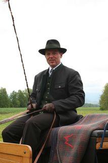 Franz Winter in seiner typischen Fiakertracht auf der Kutsche.