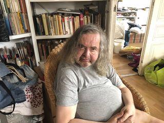 Hermes Phettberg in seiner Wohnung in Gumpendorf. Da er nicht mehr Stiegensteigen kann, sucht er eine neue Bleibe.