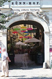 Wiens Biedermeier-Durchhäuser haben einen eigenen Reiz, der natürlich gerne auch extra betont wird, um viele Besucher und Besucherinnen anzulocken. Wer mehr wissen will: https://www.geschichtewiki.wien.gv.at/S%C3%BCnnhof