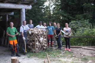 Die freiwilligen Helferinnen und Helfer beim Arbeitseinsatz im Schutzwald unterhalb des Stuhleckgipfels.