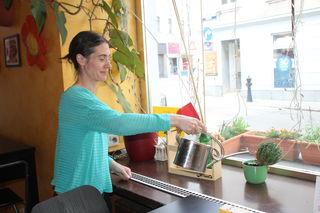 Angelika Pohnitzer gießt ihre Blumen am Fensterbrett. Sie ist die Besitzerin des mexikanischen Restaurants.