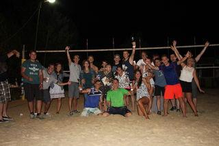 Bernd Gottwald (vorne r.) freut sich mit den Teilnehmern über ein tolles und erfolgreiches Beachturnier in Hürm.