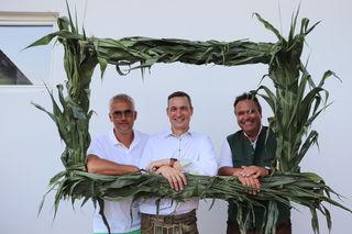 Kukuruz gab den grünen Rahmen für ein Foto mit Manfred Kohlfürst, Markus Hillebrand und Christian Konrad.